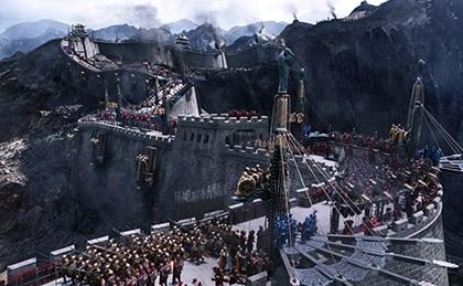 映画「グレートウォール」より。万里の長城で戦闘に備える禁軍。