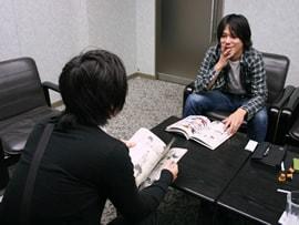 高田康太郎(左)とゲッサン編集部・星野文彦氏(右)。