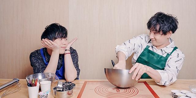 古川慎と見つめ合いながらバターを混ぜていく鈴木崚汰。
