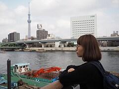 隅田川を眺めるマキ。
