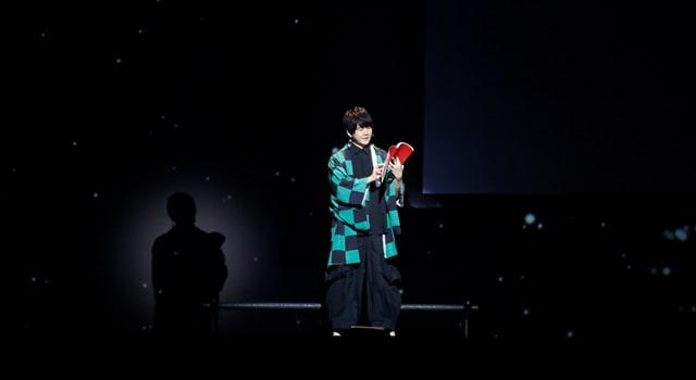 最初に姿を現したのは、主人公・竈門炭治郎役の花江夏樹。蝶屋敷のセットは隅々まで精巧に作り込まれている。