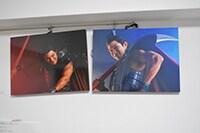 原泰久の仕事場より。ダ・ヴィンチ(KADOKAWA)の特集で、王騎に扮した鈴木亮平の写真が飾られている。