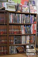 仕事場の本棚。「キングダム」の単行本のほか、映画のDVDやBlu-rayも多数並べられている。