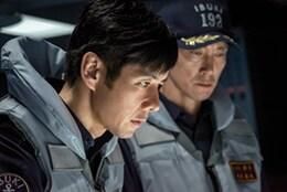 映画「空母いぶき」より。手前から西島秀俊演じる秋津竜太、佐々木蔵之介演じる新波歳也。