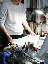 福井のデスク。作画には主にミリペンを使用しているとのこと。