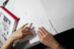 原稿はコマ単位、さらにはキャラと背景で分担して描き、切り貼りして完成させる。