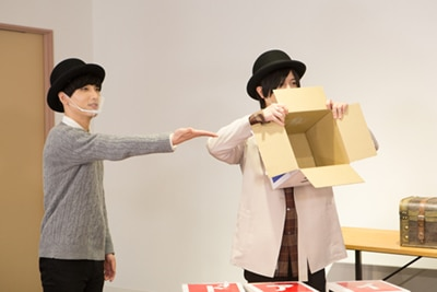 左から小林千晃、斉藤壮馬。