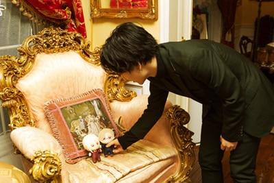 ともぬいのセッティングをする小林千晃。