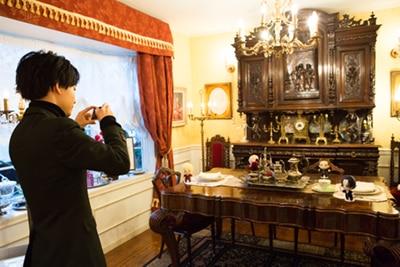 ともぬいを撮影する小林千晃。