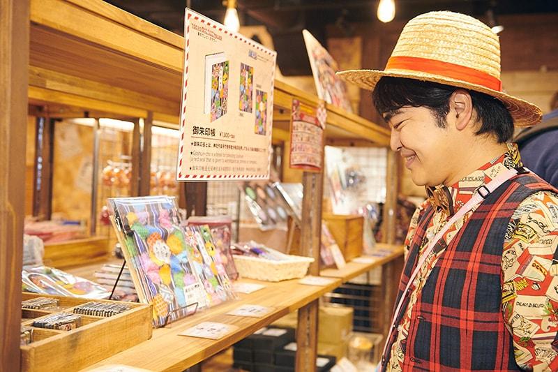 加藤諒は「トンガリストア」で販売されている御朱印帳に興味津々の様子。