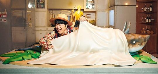 サウザンド・サニー号の船内にあるキッチンでポーズをとる加藤諒。