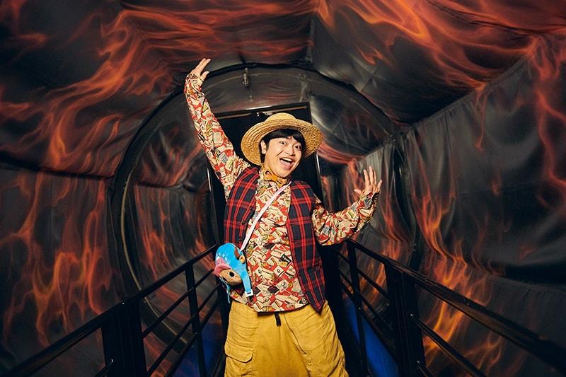 歩いていると平衡感覚を失ってしまう炎のトンネルで「全然平気」とはしゃぐ加藤諒。