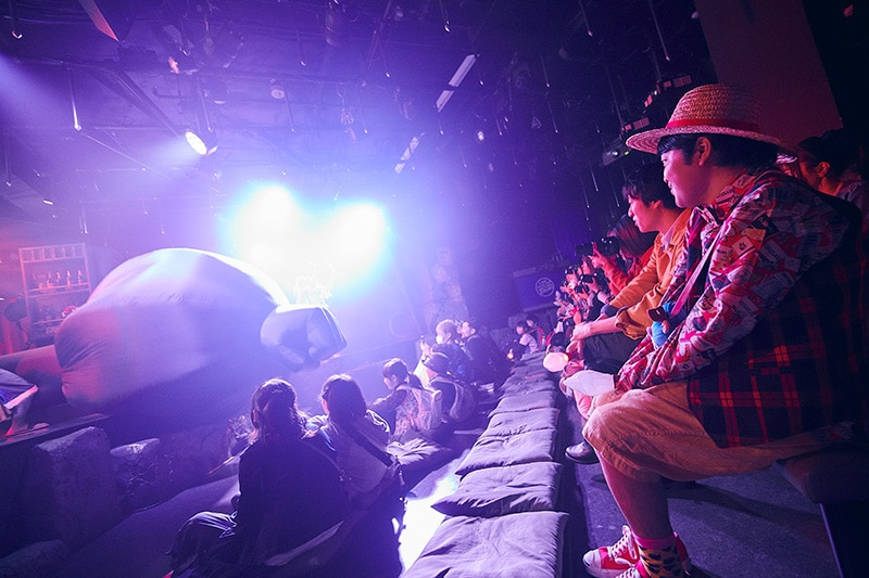 「ONE PIECE LIVE ATTRACTION」を鑑賞する加藤諒。