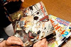 週刊少年マガジンを手に懐かしむちばてつや。