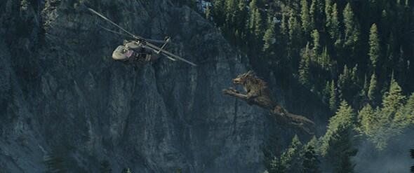 映画「ランペイジ 巨獣大乱闘」より。ヘリコプターに襲いかかるオオカミのラルフ。