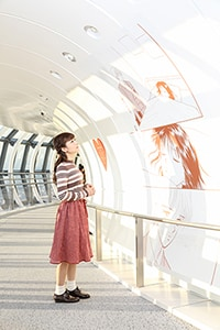 「ママレード・ボーイ」の壁面装飾を見つめる神田沙也加。