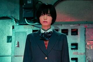 映画「さんかく窓の外側は夜」より、平手友梨奈演じる非浦英莉可。
