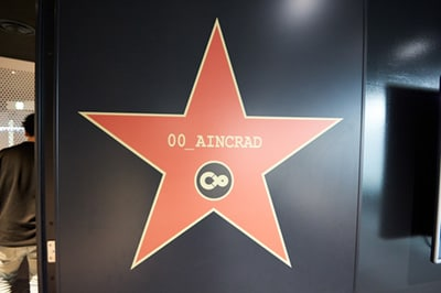 会議室の名前は「AINCRAD」。ゲーム《SAO》の舞台である《浮遊城アインクラッド》の名前が付けられている。