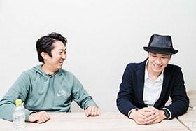 左から石田明、タイム涼介。