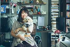夜神里奈と愛犬キナコ。「兄こま」のせとかは、キナコをモデルに描いた部分もあるという。取材中も元気にスタッフの周りを飛び跳ねていたキナコの姿は、天真爛漫なせとかの姿を思い出させた。