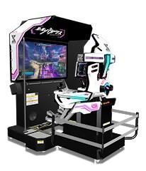 「星と翼のパラドクス」最大の特徴は、プレイに合わせて動くゲーム筐体。エア・リアルのコックピットに乗り込んだような体験が楽しめる。