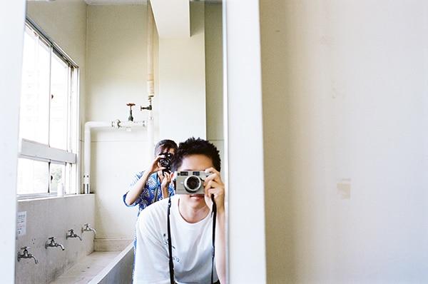 カメラを構える細田佳央太(手前)と上白石萌歌(奥)。