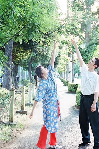 手を掲げる上白石萌歌(左)と細田佳央太(右)。
