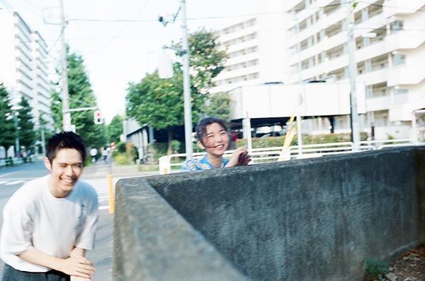はしゃぐ細田佳央太(左)と上白石萌歌(右)。
