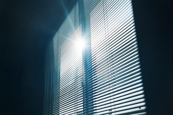 廊下の窓から差し込む太陽の光。