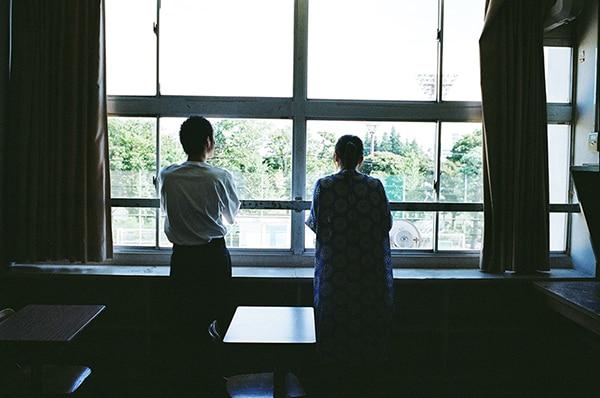 校庭を見つめる細田佳央太(左)と上白石萌歌(右)。