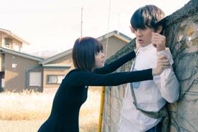 「惡の華」より、玉城ティナ演じる仲村佐和(左)と伊藤健太郎扮する春日高男(右)。