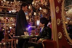 「悪と仮面のルール」より、久喜文宏(左)。