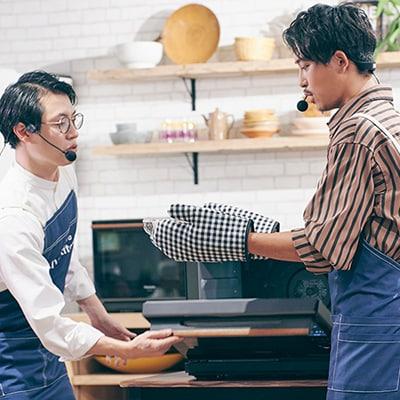Bistroからボウルを取り出す佐野岳(右)。