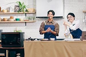 「男飯、大成功!」と番組を締めくくる佐野岳(左)とMC あまり(右)。