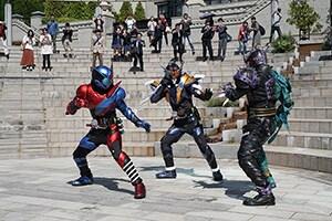 「平成仮面ライダー20作記念 仮面ライダー平成ジェネレーションズ FOREVER」より、左から仮面ライダービルド、仮面ライダークローズ、アナザーW。