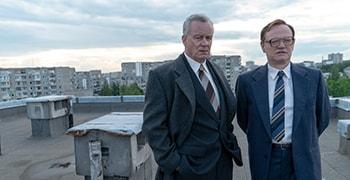 「チェルノブイリ」第2話より。左からボリス・シチェルビナ(ステラン・スカルスガルド)、ヴァレリー・レガソフ(ジャレッド・ハリス)。