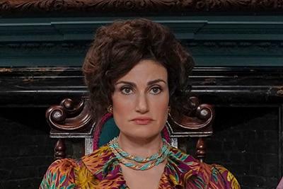 イディナ・メンゼル演じるヴィヴィアン(中央)。