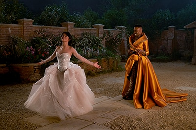 ファビュラス・ゴッドマザー(右)の魔法でドレス姿に変身したシンデレラ(左)。