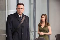 「ザ・コンサルタント」よりベン・アフレック演じるクリスチャン・ウルフ(左)、アナ・ケンドリック演じるデイナ・カミングス(右)。