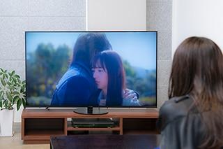 Huluオリジナル「悪魔とラブソング」を鑑賞する浅川梨奈。