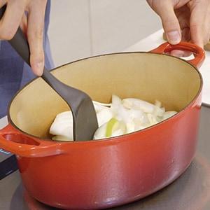 大きめに切った玉ねぎから炒める。
