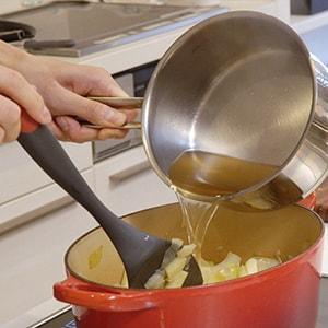炭酸水を使って作ったブイヨンを鍋に注ぐ。