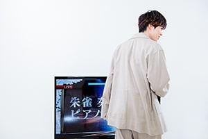 テレビの薄さを確認する吉野北人。