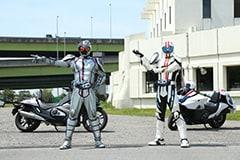 「劇場版 仮面ライダードライブ サプライズ・フューチャー」より、仮面ライダーチェイサーと仮面ライダーマッハ。