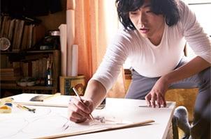 「素敵なダイナマイトスキャンダル」より、手描き看板のラフスケッチをする様子。