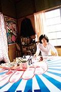 「素敵なダイナマイトスキャンダル」より、キャバレーの手描き看板と末井昭(柄本佑)。