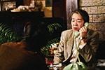 「素敵なダイナマイトスキャンダル」より、喫茶店の電話を使用しているモデル斡旋業者(島本慶)。