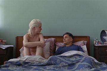 「エマ、愛の罠」より、マリアーナ・ディ・ジローラモ演じるエマ(左)とガエル・ガルシア・ベルナル演じるガストン(右)。