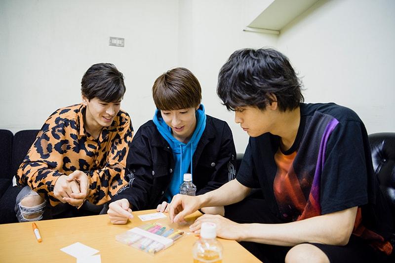 カラーペンを選ぶ際、才川コージ(左)と栗原吾郎(右)に「俺、色わかんないから選んで」とお願いする櫻井圭佑(中央)。