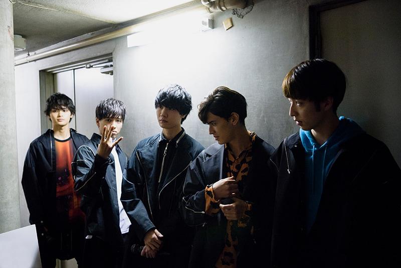 舞台袖で待機するEVENの5人。坂東龍汰(左から2番目)のポーズは劇中にも登場する「EVENポーズ」とのこと。